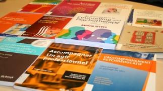 Vitrine thématique sur l'accompagnement et la relation d'aide — Bibliothèque Campus de Laval